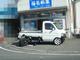 写真:路上で作業する大胆な軽トラ・・!